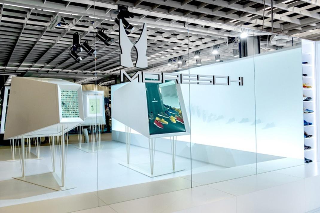 展厅展览空间的设计通过不同的审美角度、主观感受方式与参观者产生共鸣,拉近与参观者的距离,让参观者感受到这是一个理想、亲和的平台与媒介。通过人的心理距离来调整空间里各个不同的视角,以空间形态、空间、色彩等使得展厅具有独特的、新颖的、创新的审美特质。以下是展厅展览空间应该具备哪些展厅空间布局案例分享:  展览空间是一个发现和欣赏新产品质量的欢迎区。一道宽阔、明亮的墙壁揭示了在六十年代设计的著名的走,Moreschi鞋展示在一个被照亮的背景上,代表了从品牌的过去到现在的路线。在中心,四个大的白色万花筒由小