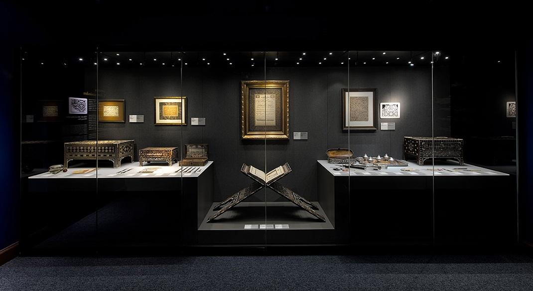 萨克普萨班克博物馆收藏了精美的书法和书籍艺术。由古兰经、祈祷书和其他物品组成,通过博物馆展览进行了新设计。该设计旨在通过将新展览和新技术应用于博物馆来统一收集。人造制品的展示是由一个精心制作的视听作品和一个大型的书法互动所补充的。博物馆为参观者提供使用平板电脑,以便通过展览虚拟现实再现奥斯曼微型历史场景。